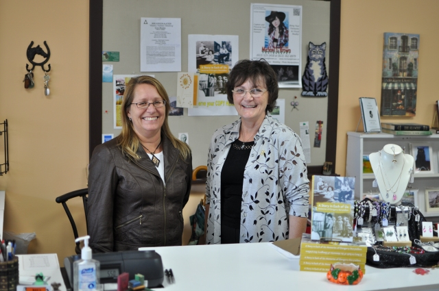 Co-owners of R&L's Book Nook